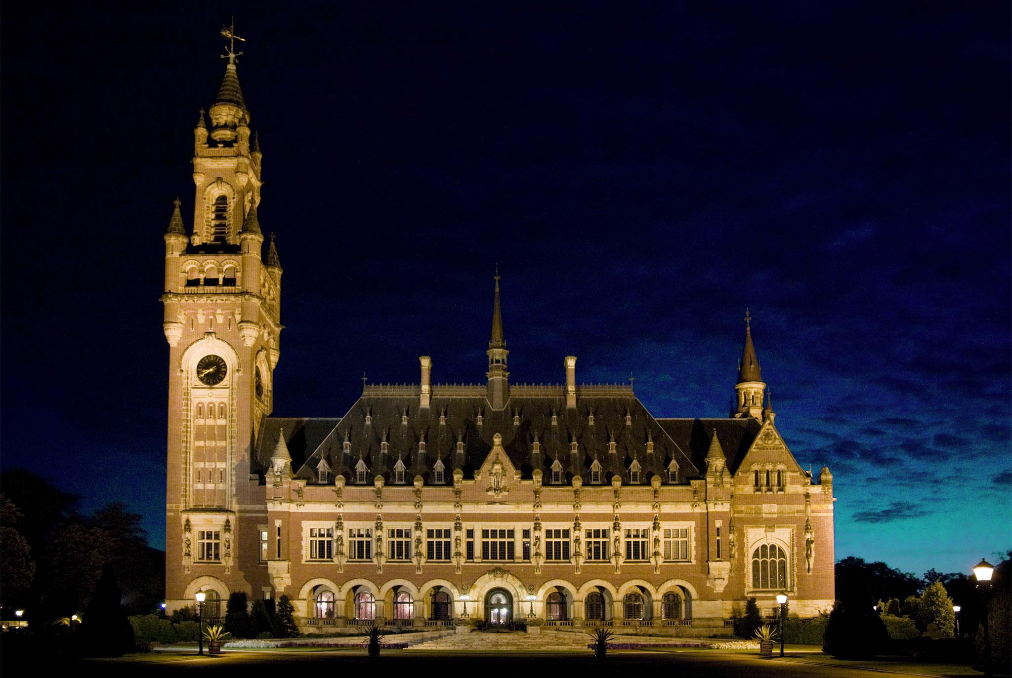 Vue de façade de devant du Palais de la Pays à La Haye - Vredespaleis - (Pays-Bas). Source: Lybil BER https://commons.wikimedia.org/wiki/File:Peace_Palace_by_Night.jpg, License: Creative Commons (https://creativecommons.org/licenses/by-sa/4.0/)