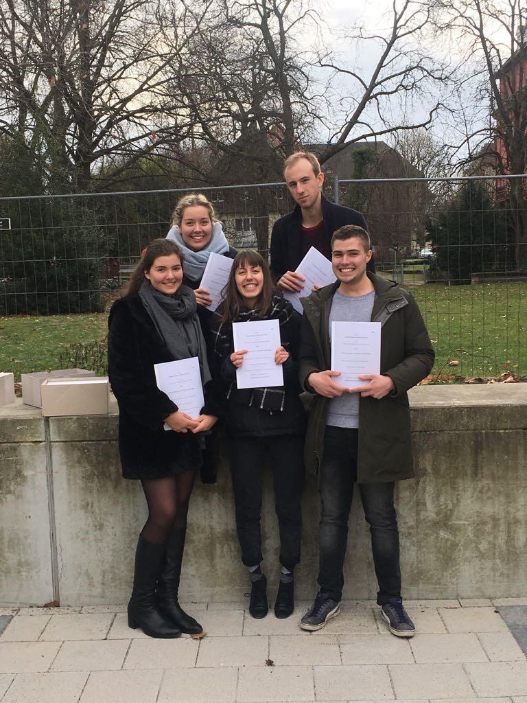 Das Team nach Abholung der fertig gedruckten Schriftsätze